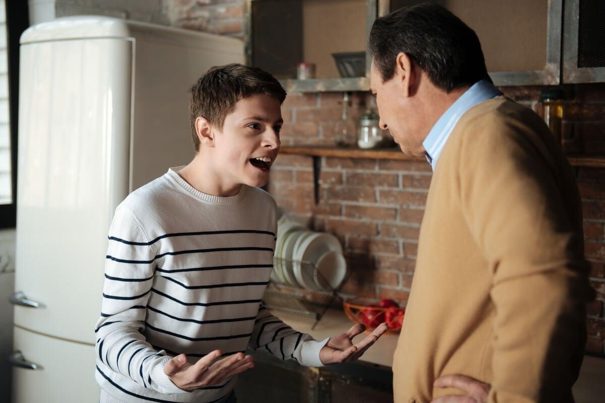 Adolescente conflictivo fritando a su padre