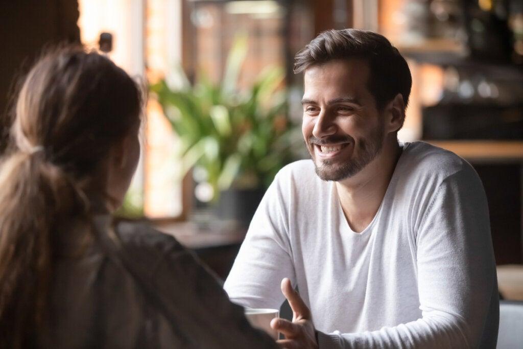 Amigos hablando representando la nueva categoría de extrovertido