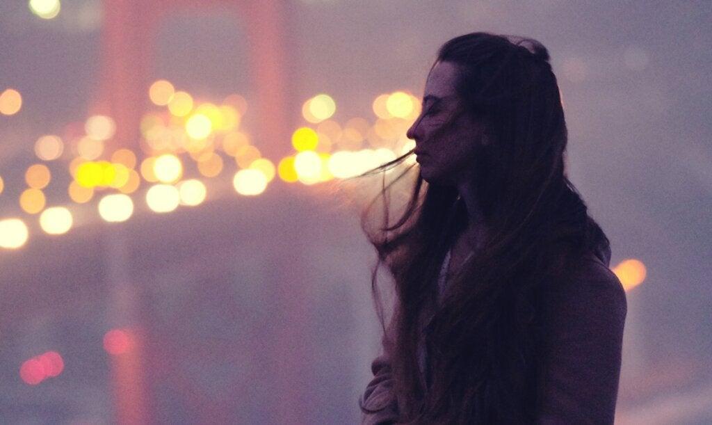 Tengo amigos, pero me siento solo, ¿qué puedo hacer?