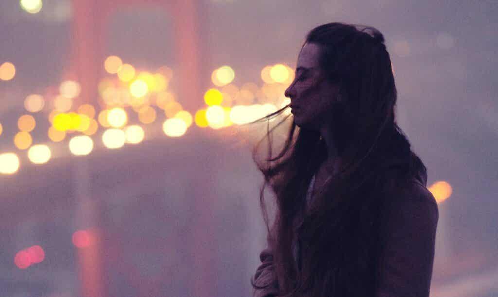 Chica sola en un puente simbolizando a la personalidad de alto potencial