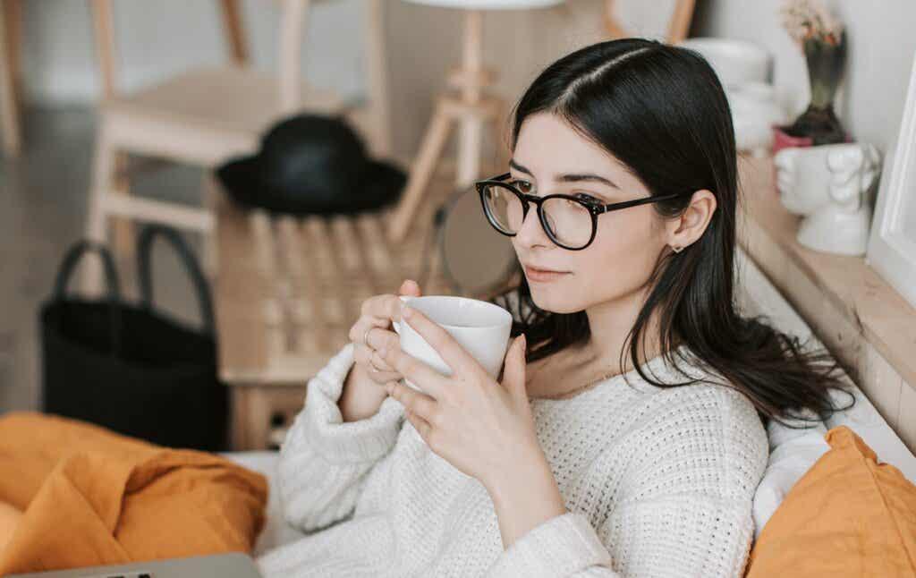 chica con gafas simbolizando los diferentes tipos de pensamiento