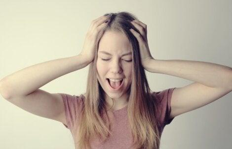 Chica que necesita detectar las señales de que eres demasiado duro contigo mismo