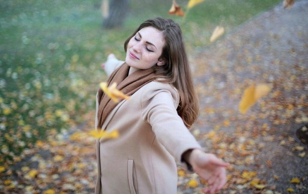 chica feliz al pensar en la definición de fortaleza según Erich Fromm