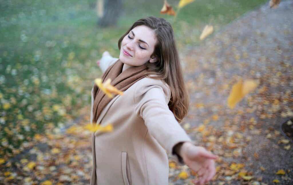 chica feliz sintiendo diferentes tipos de emociones