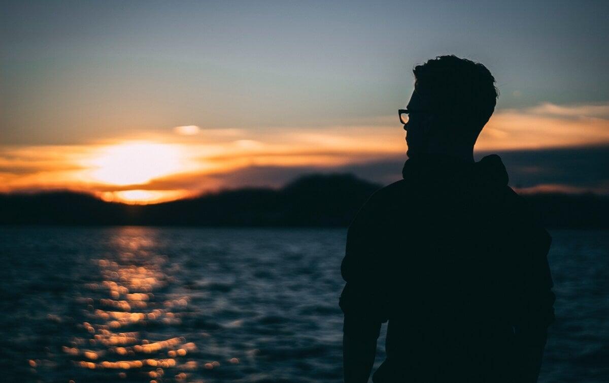 chico ante el mar pensando en el efecto Weltschmerz