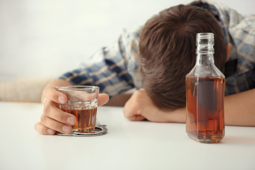 Chico con problemas de alcohol