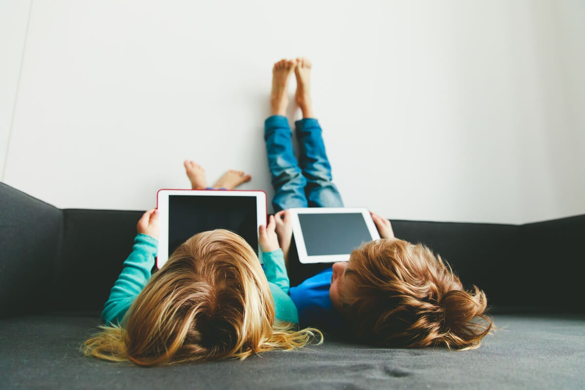 Dos niñas con tablets