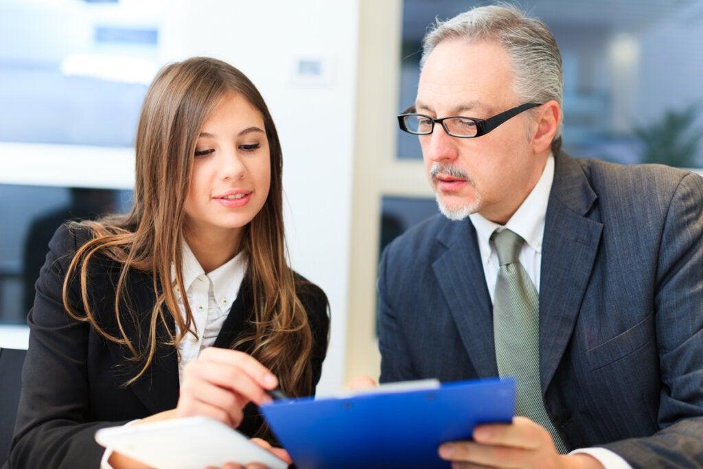 Empleada hablando con su jefe