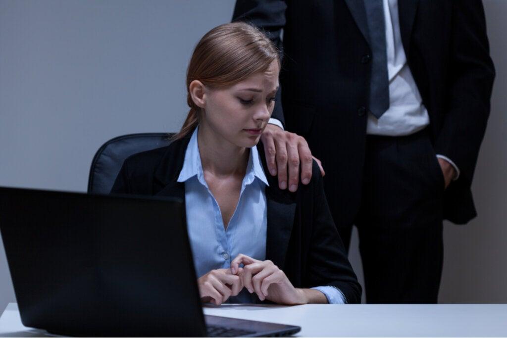 Empleada con miedo por la intimidación de su jefe