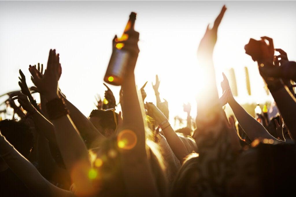 Gente de fiesta bebiendo
