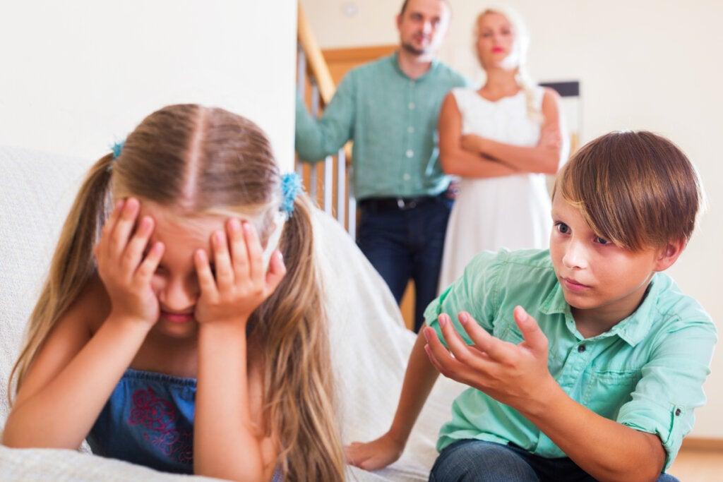 Hermana llorando por celos