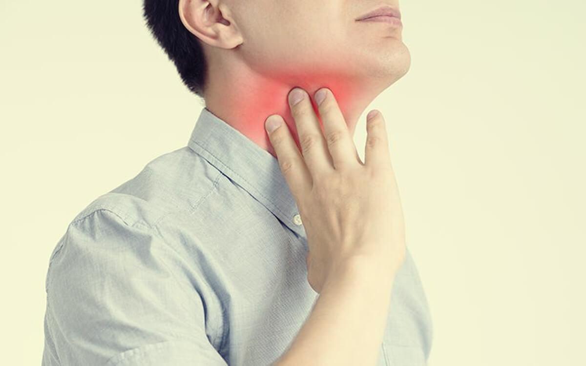 Hombre que sufre dolor de garganta por estrés