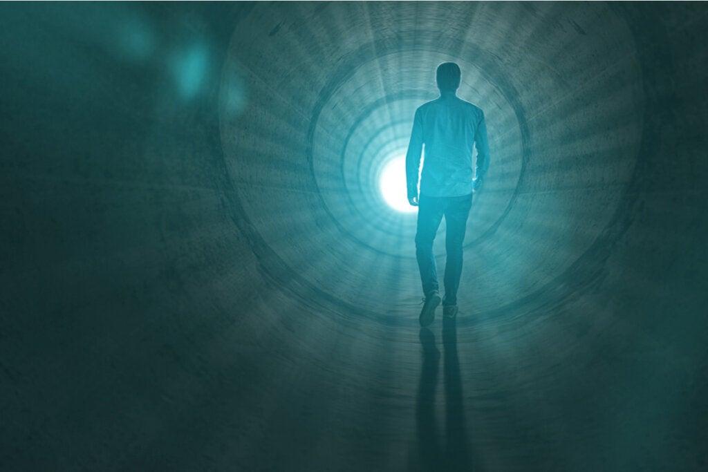Hombre dirigiéndose a la luz