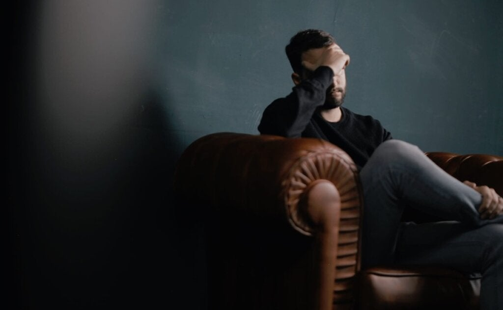 Hombre en el sofá