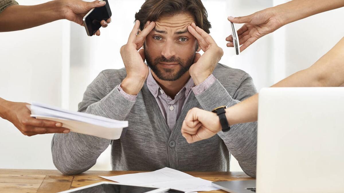 Hombre atareado en el trabajo que sufrirá herpes por estrés