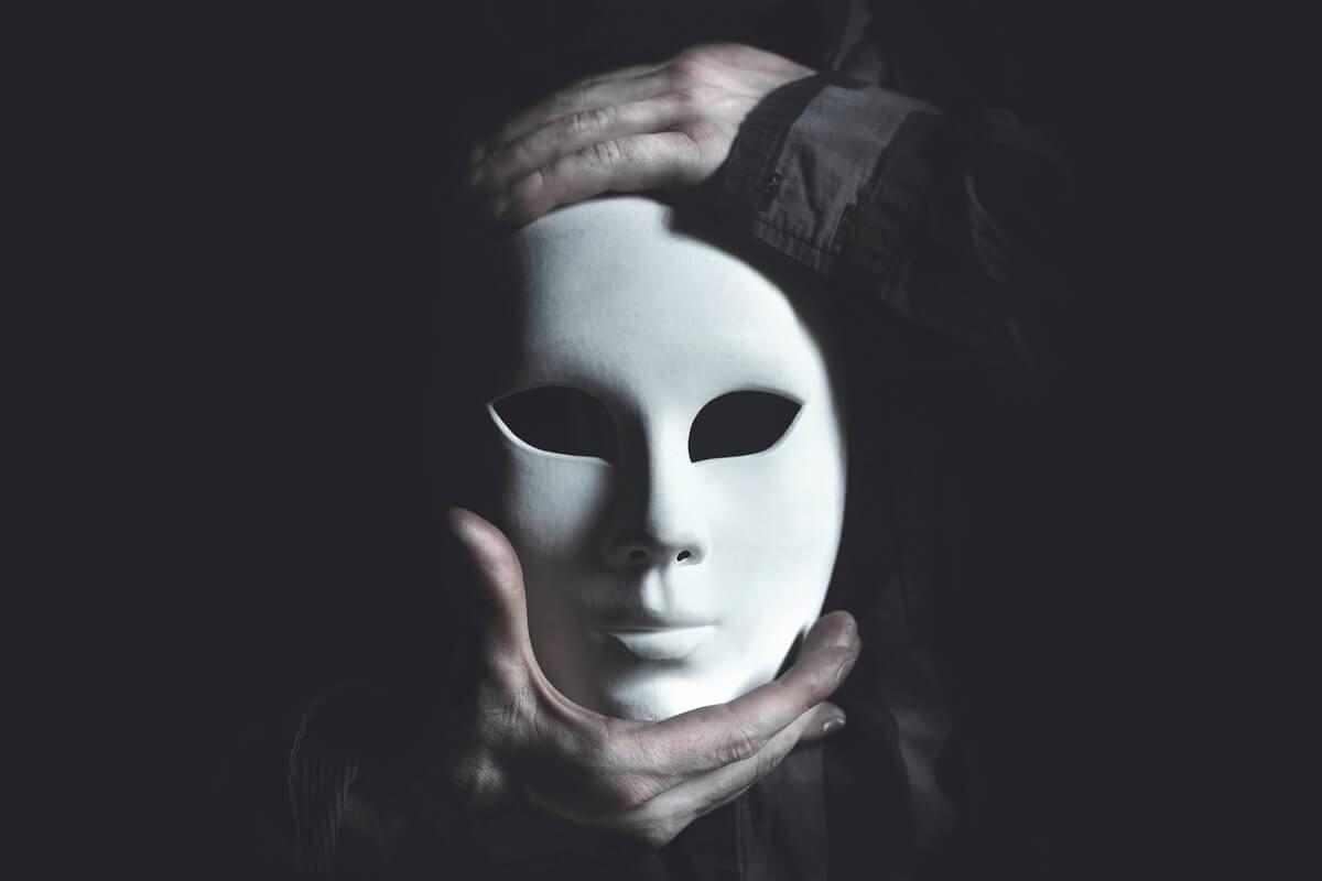 Hombre con máscara blanca para representar cómo la autoestima excesiva disminuye la empatía