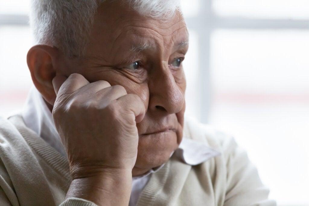 Hombre mayor intentando recordar