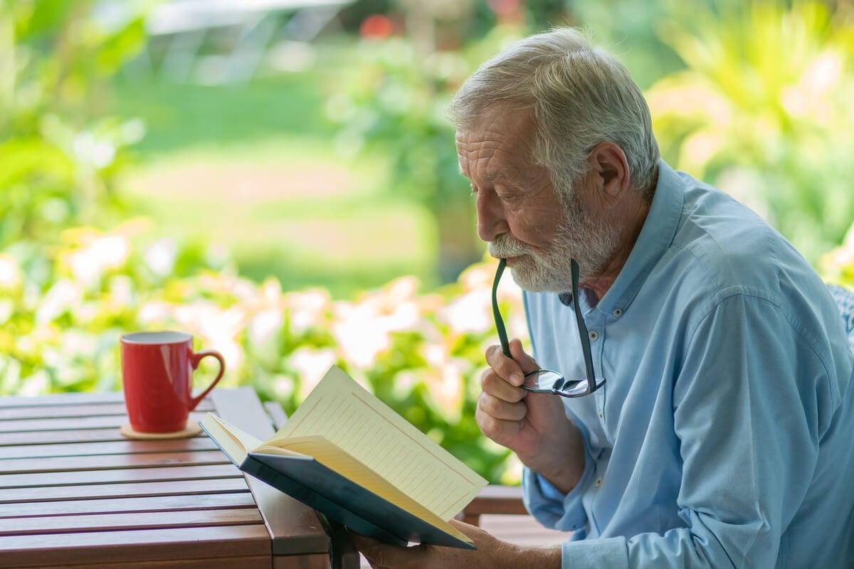 hombre mayor leyendo para mantener sus huellas dactilares del cerebro