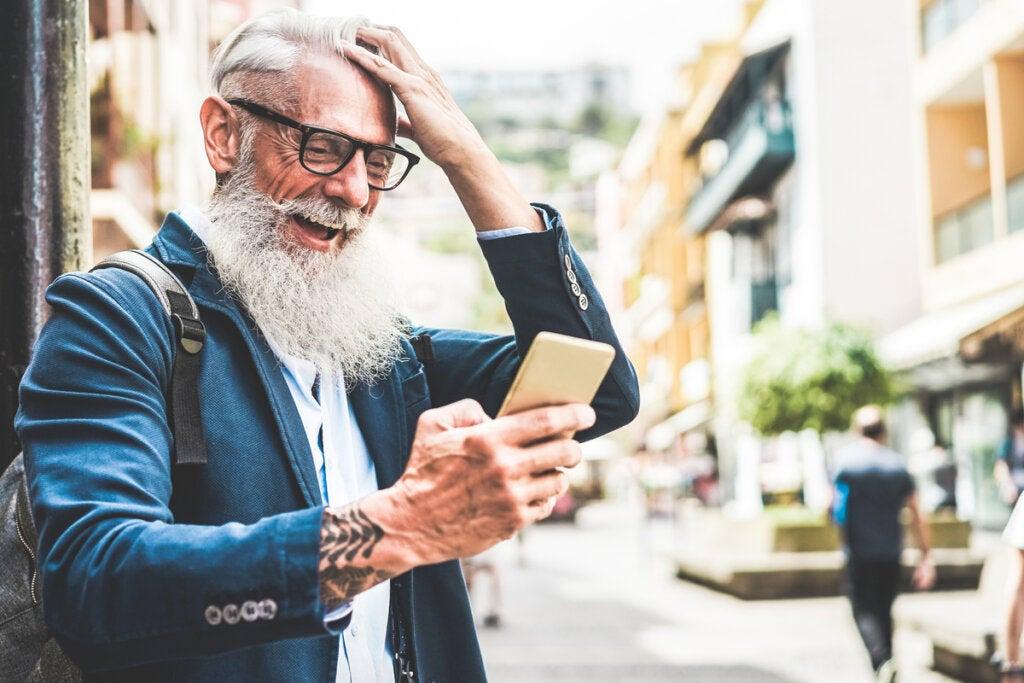 Hombre mayor con un móvil para representar la sexalescencia