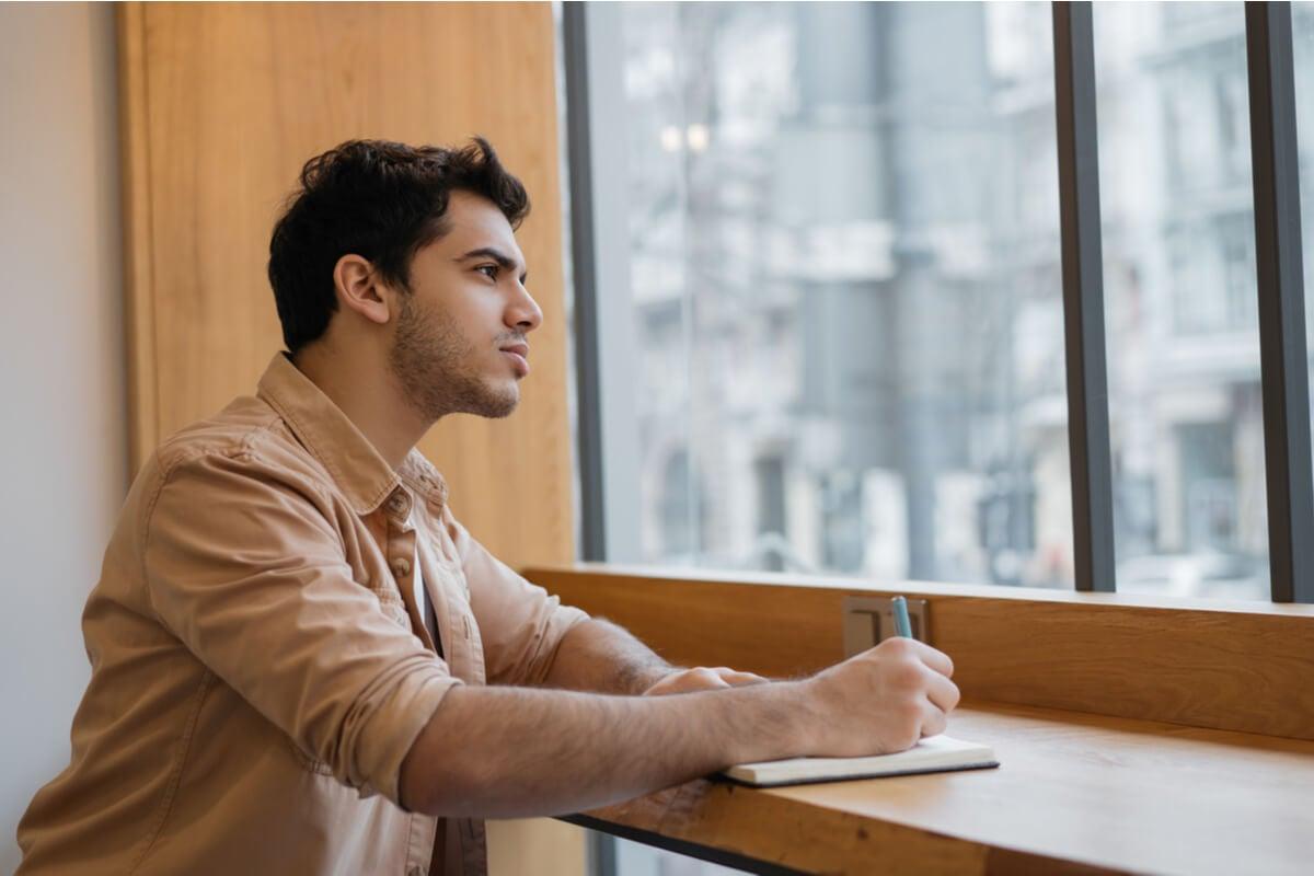 Hombre pensando en cómo el lenguaje modifica el pensamiento