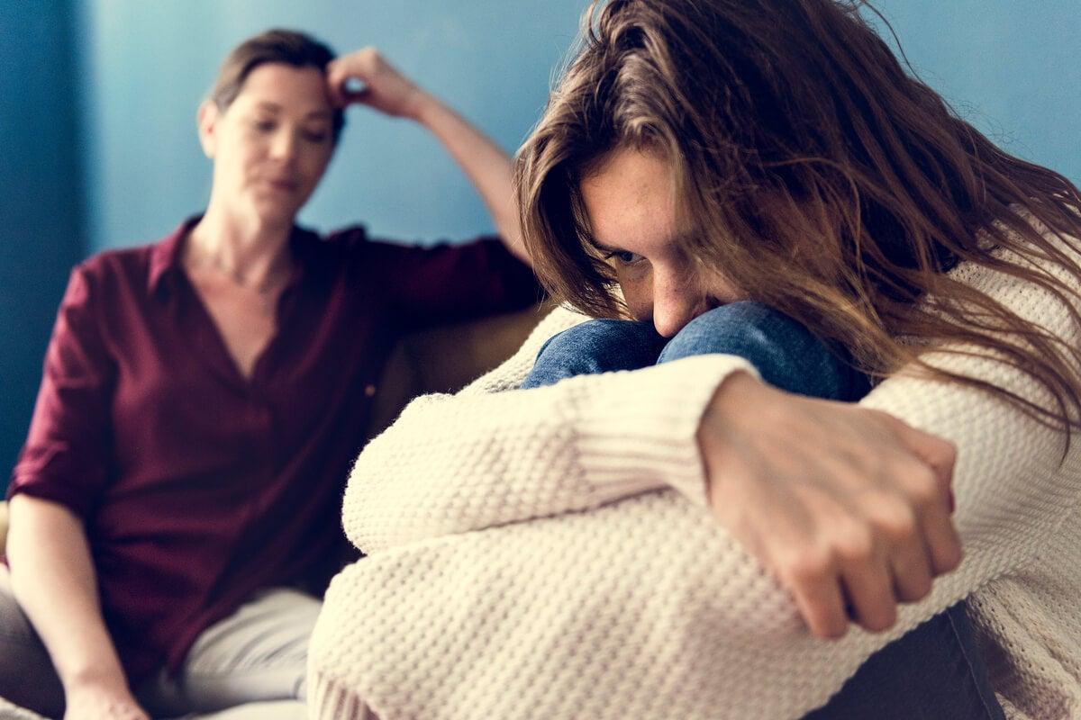 Madre intentando hablar con su hija adolescente