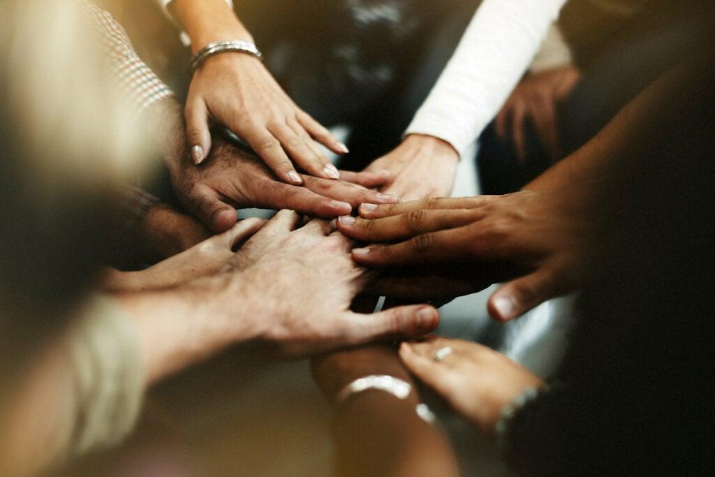 Manos de personas unidas