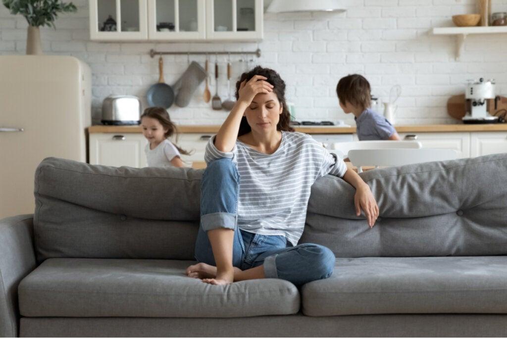 Mujer agobiada por sus hijos que sufre burnout parental