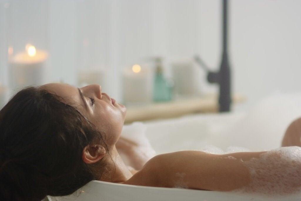 Mujer dándose un baño relajante