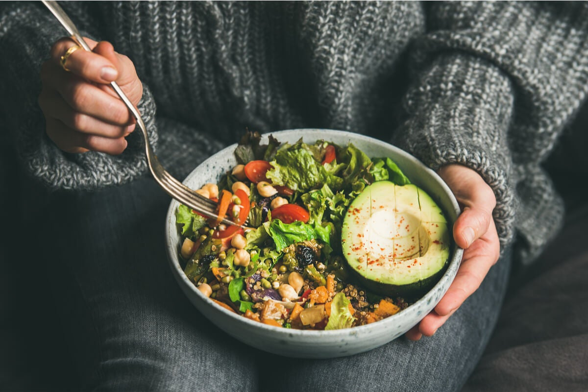 Mujer con comida vegetariana