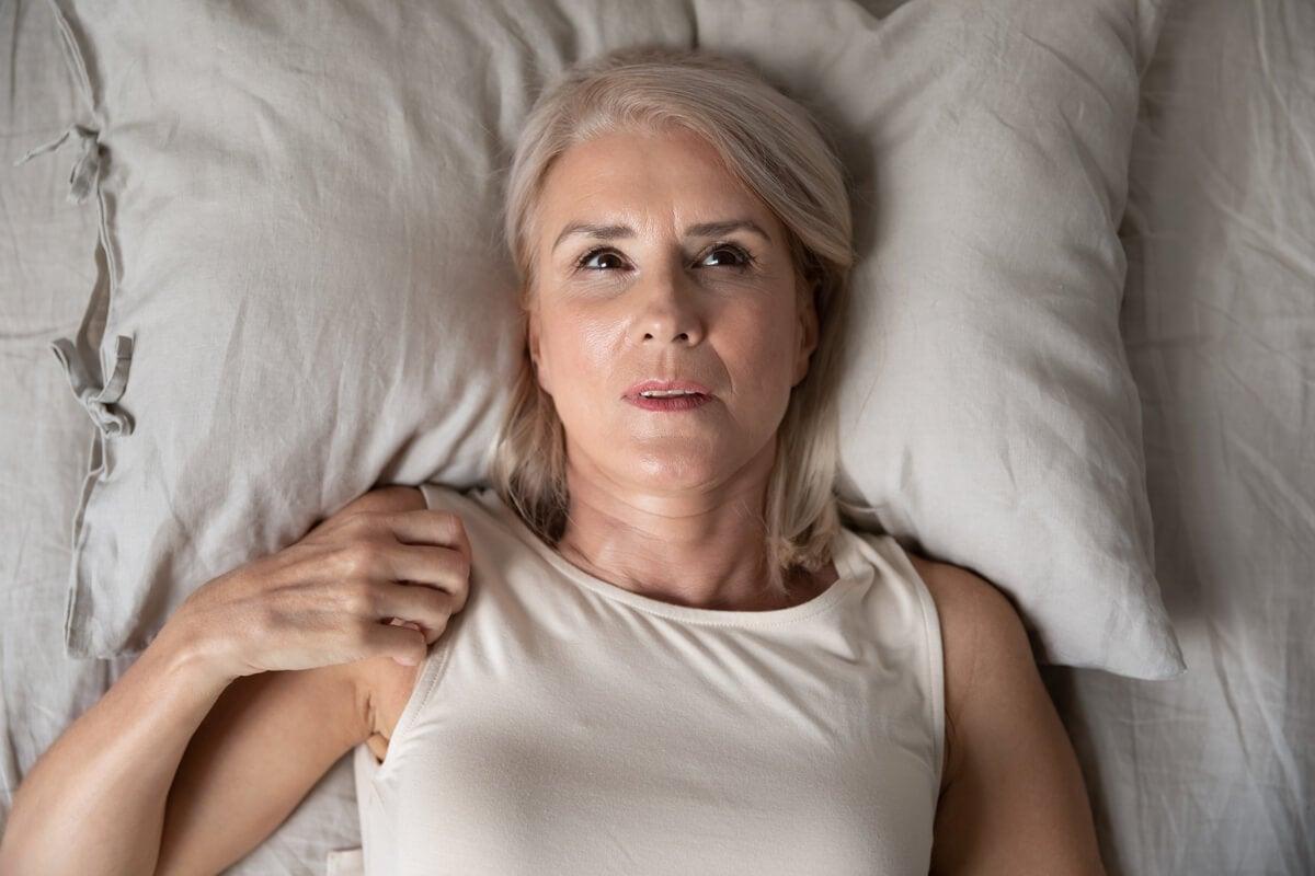 Mujer despierta en la cama