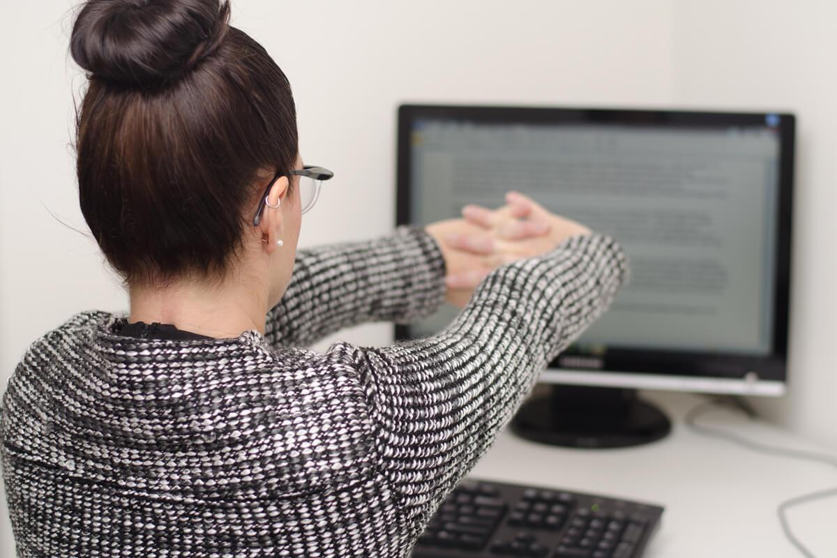 Mujer estirando en el trabajo