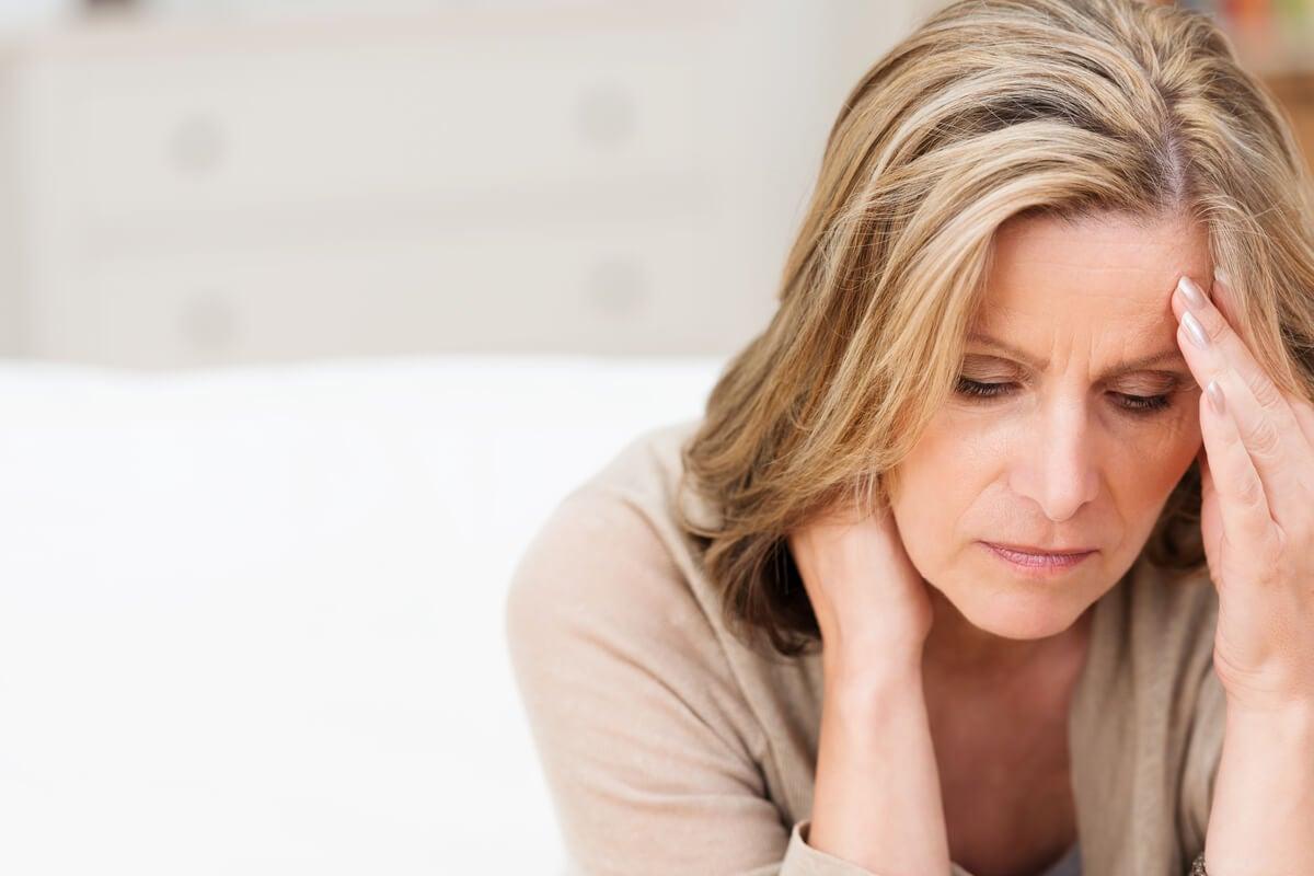 Mujer estresada con fatiga por compasión