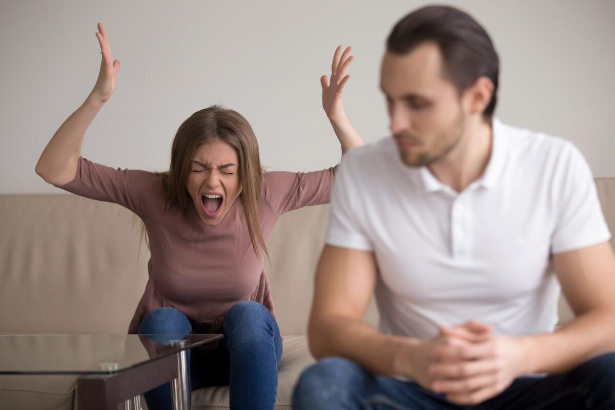 Mujer gritando muy enfadada para simbolizar que el cerebro busca alguien a quien culpar de lo que nos sucede.