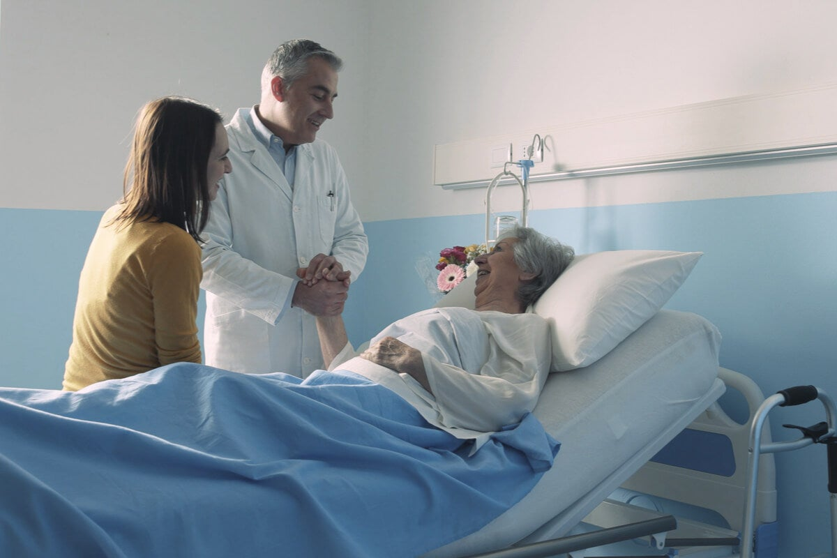 Mujer ingresada en un hospital con su hija