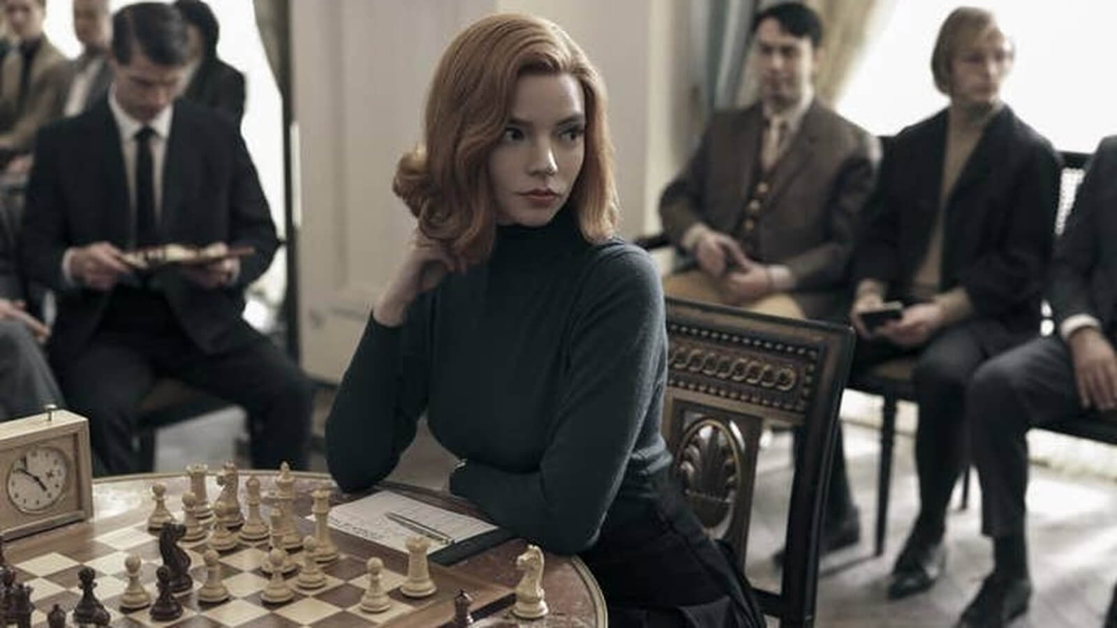 Mujer jugando al ajedrez