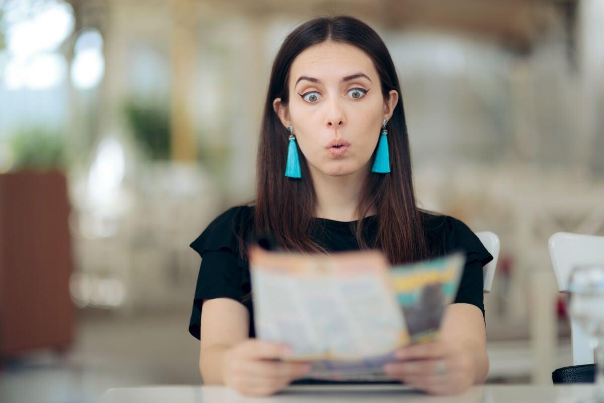 Mujer leyendo el horóscopo