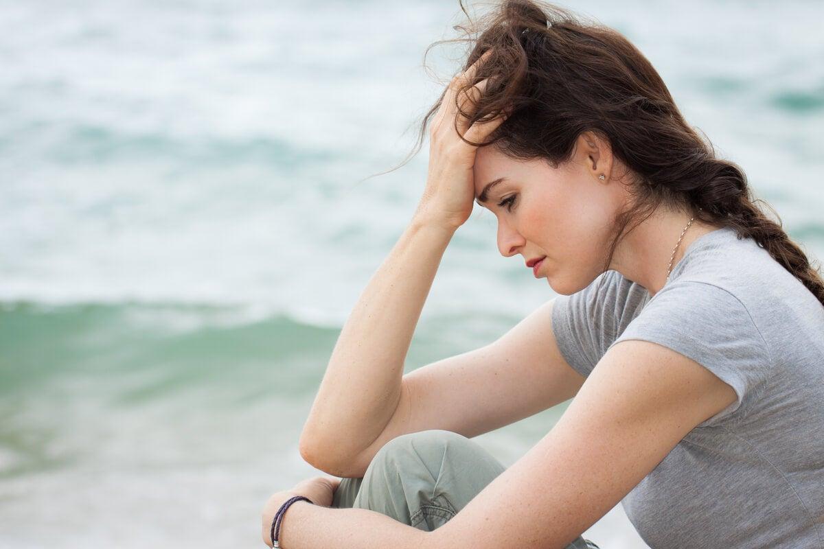 Mujer pensando en ¿Por qué me preocupo por todo?