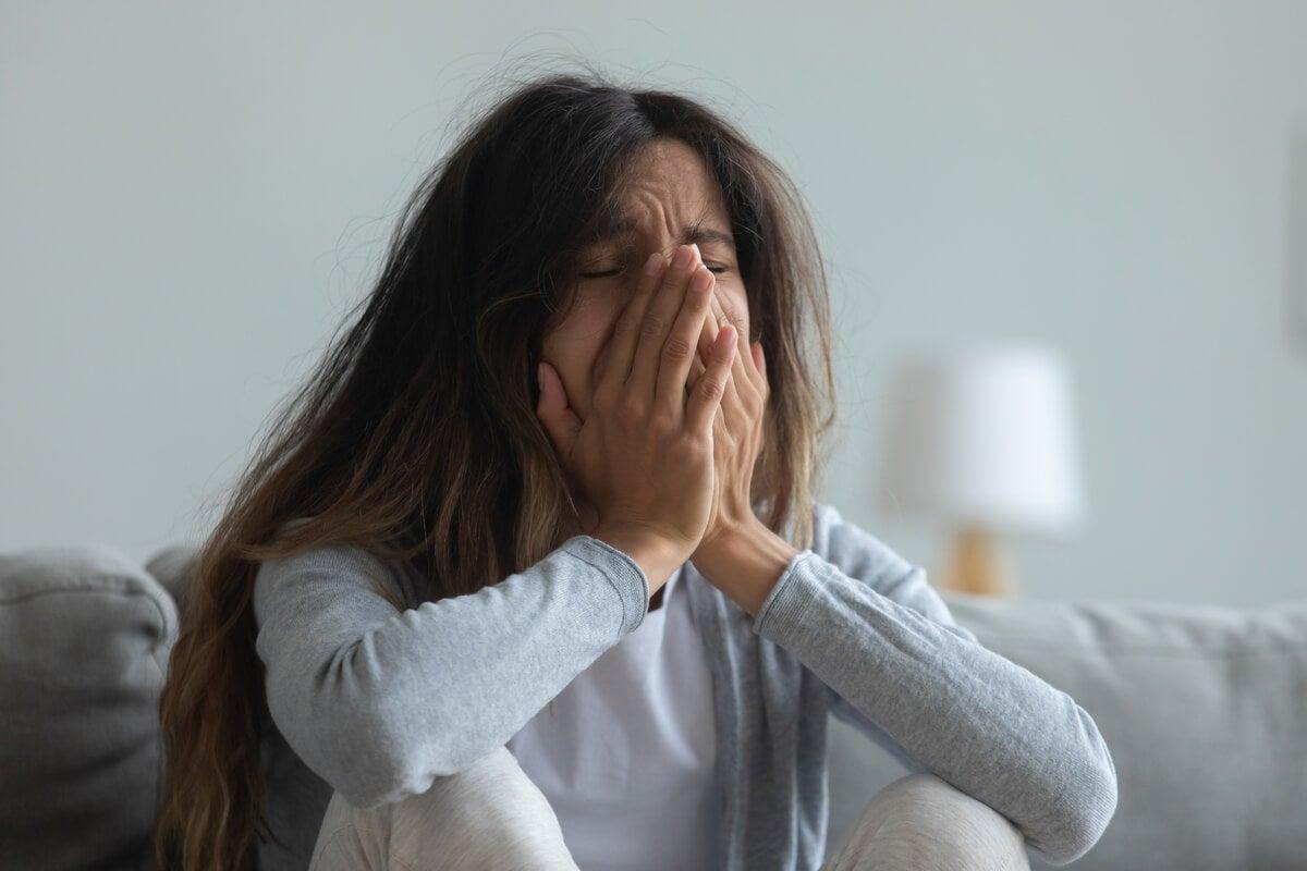 Mujer llorando sintiendo culpa