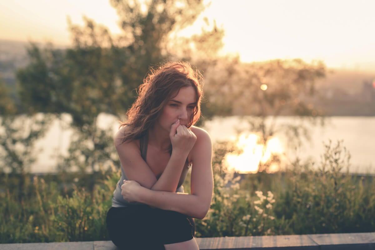 Mujer pensando sobre los tipos de egoísmo