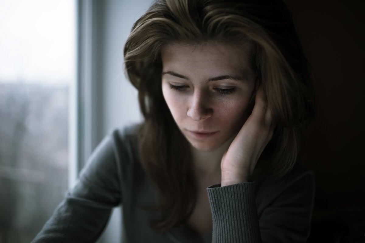 """Mujer preocupada pensando """"no sé cómo sentirme"""""""