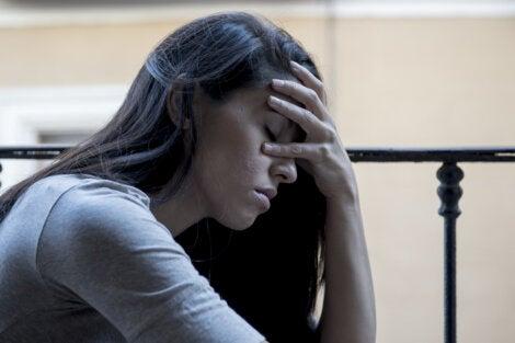 Mujer preocupada pensando en las señales de que eres demasiado duro contigo mismo