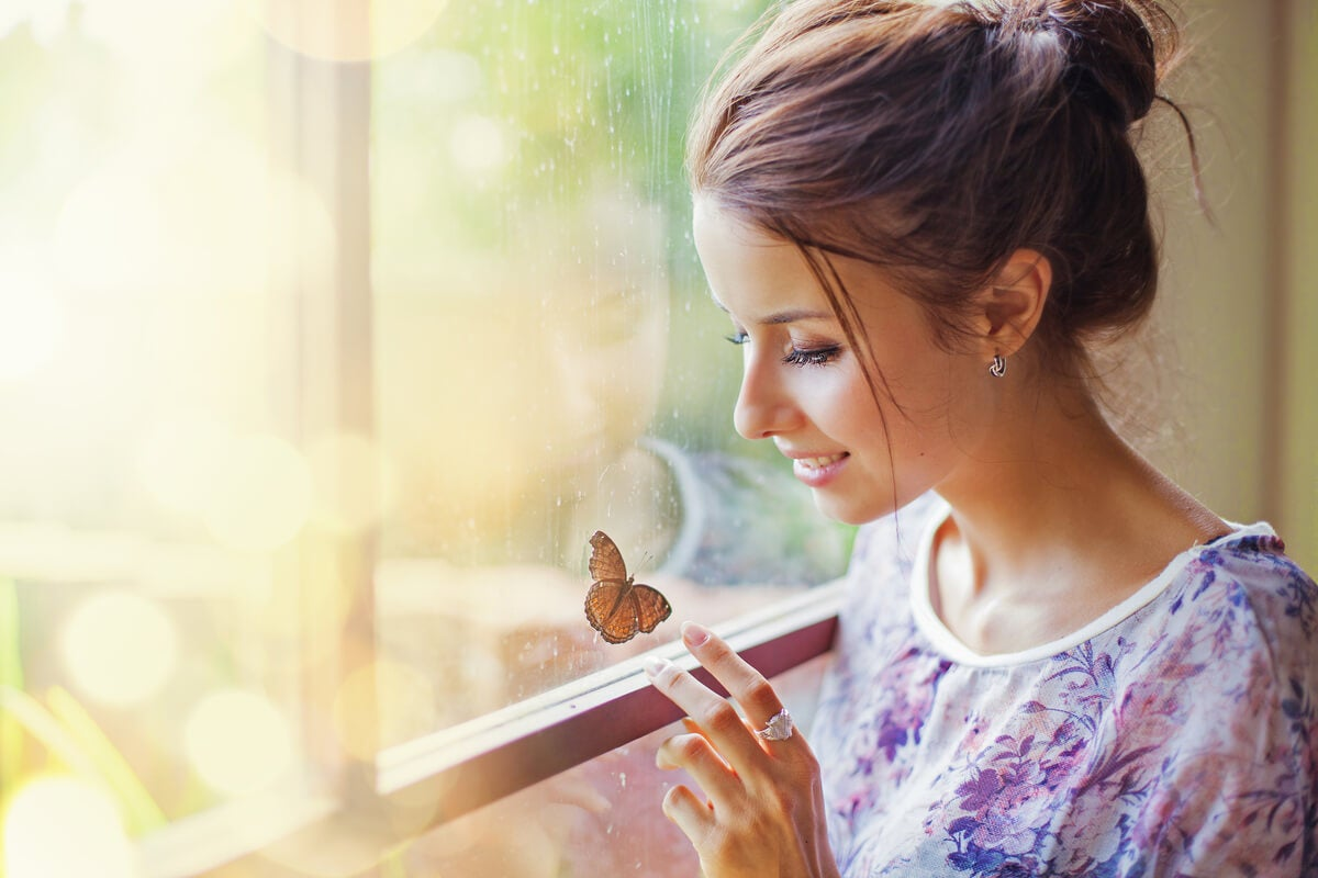 Mujer tocando una mariposa