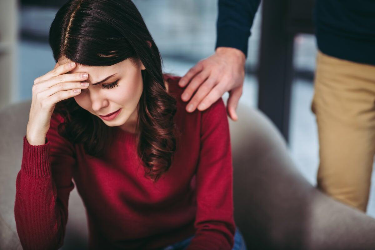 Mujer triste pensando: Mi pareja me miente