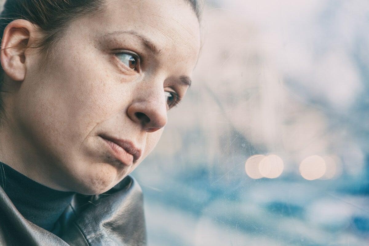 Mujer pensando en el cerebro de las personas que se sienten solas