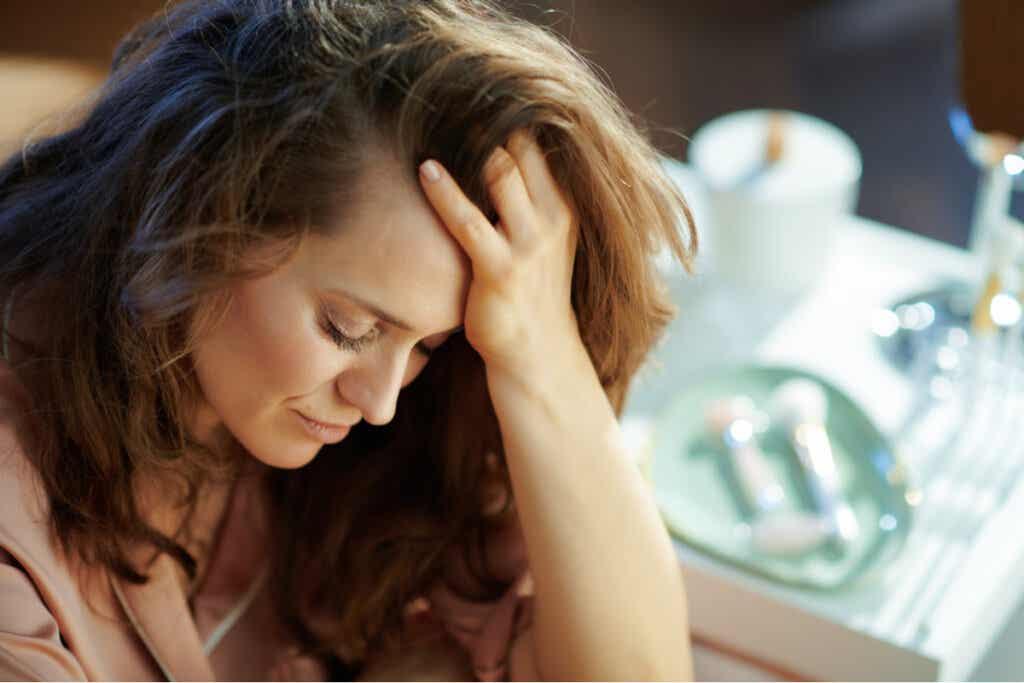 Mujer triste pensando