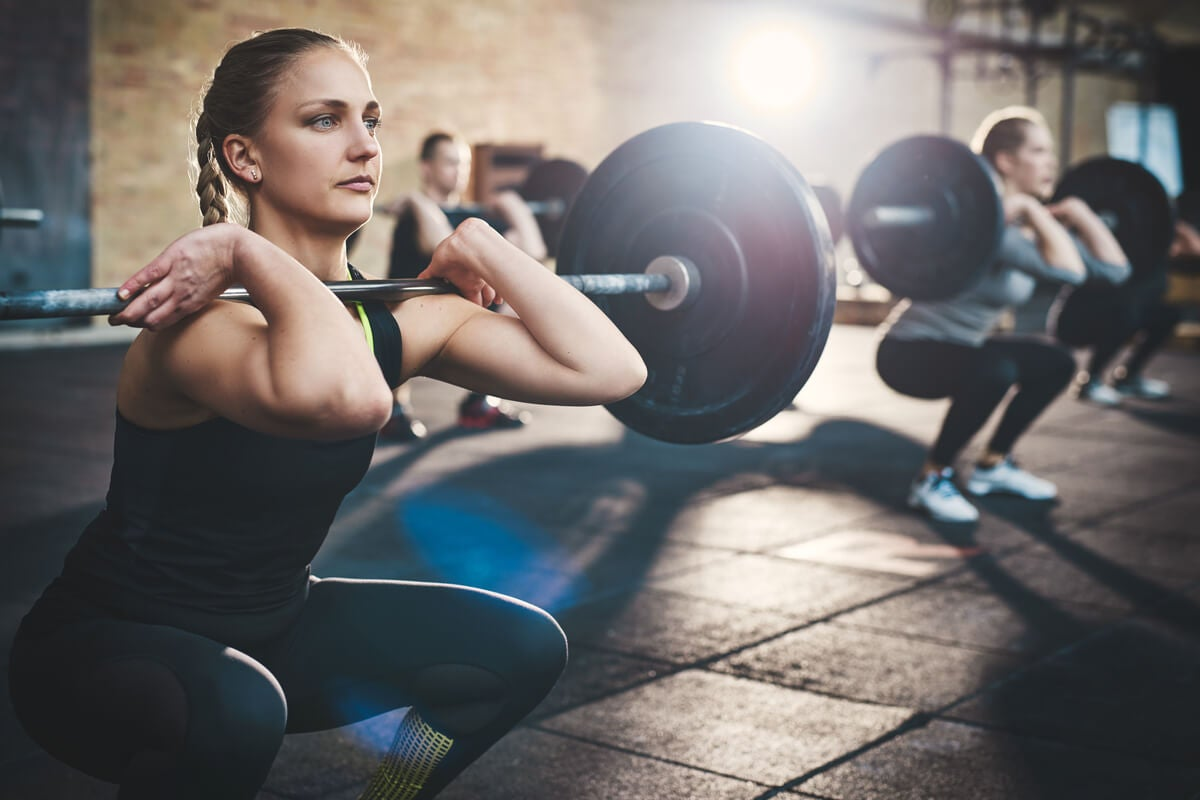 Mujeres levantando pesas