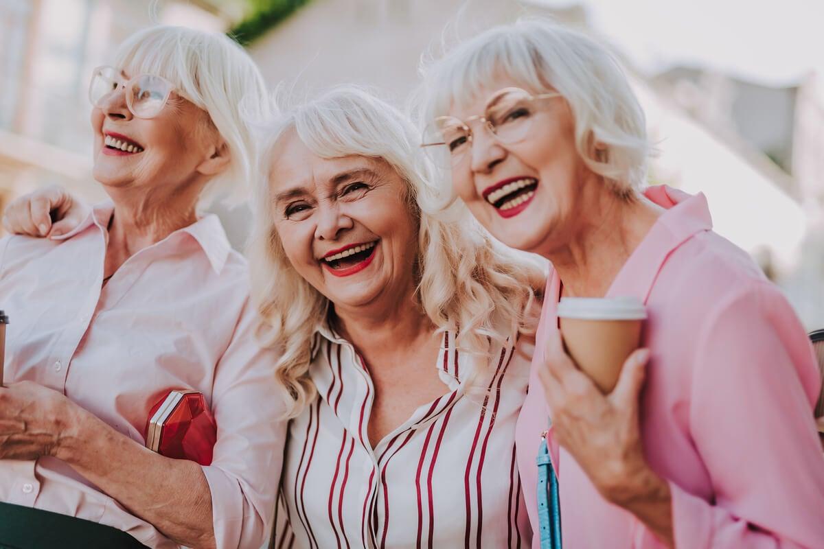 Mujeres mayores de fiesta