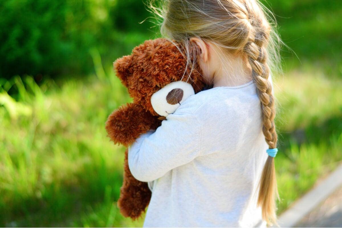 Niña abrazada a un peluche