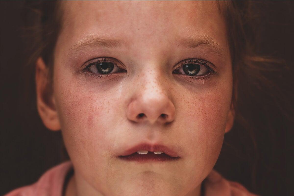 Niña con lágrima en la mejilla