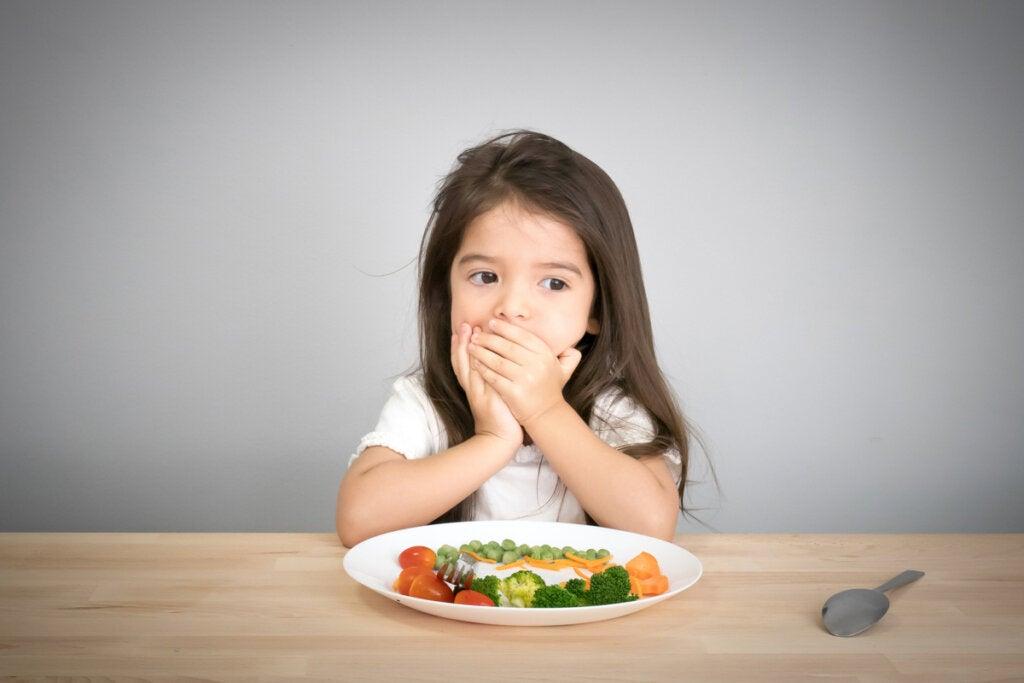 Niña tapándose la boca por fobias alimentarias